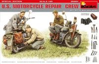 Американский экипаж, ремонтирующий мотоцикл